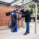 Olaf Schulze repariert sein Fahrrad an der neuen Reparationsstation